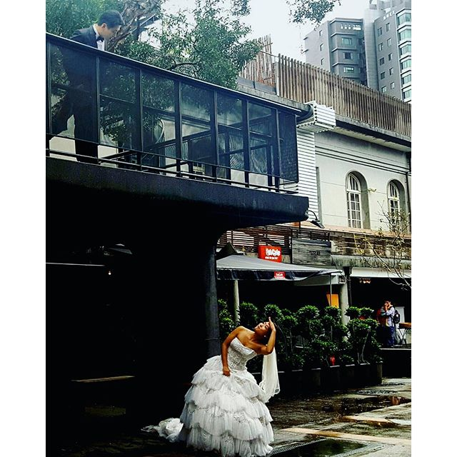 One of my favourite motives in Asia.Bride and groom making creative wedding pictures in the coolest start up city/ art zone in an old wine destillery in Taipei #taipei #weddingphoto#expatlife#travelinasia