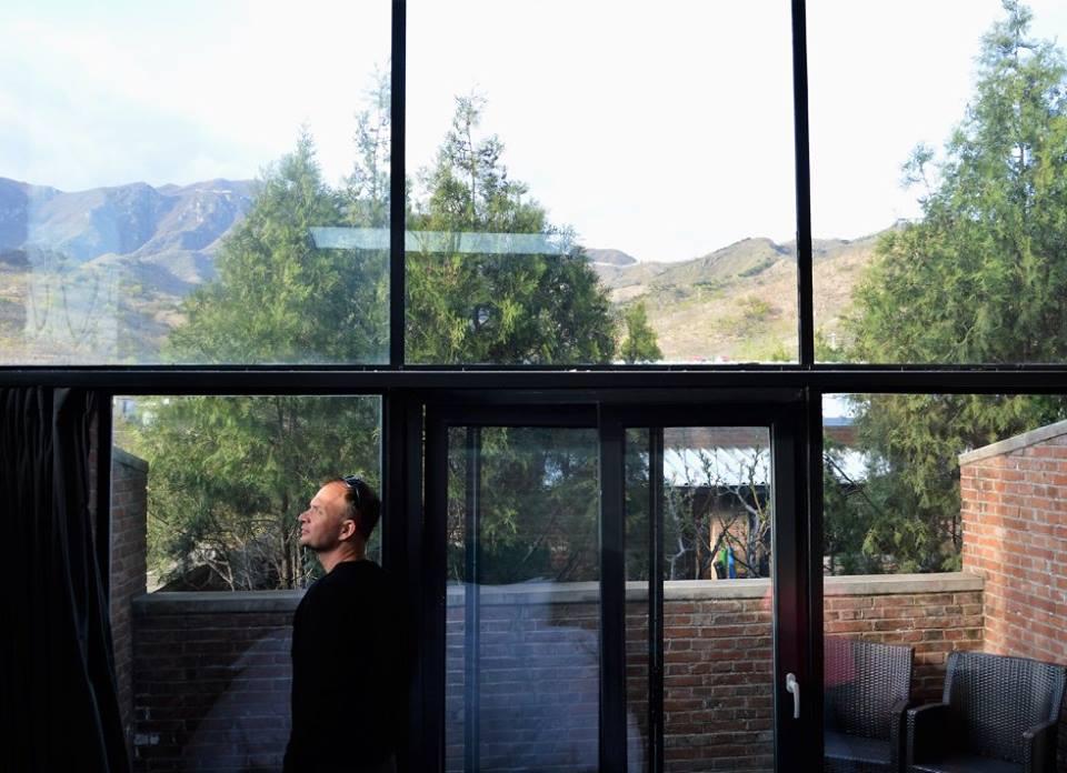 Panoramavinduer sørger for, at der er udsigt til muren fra alle steder i hotelværelserne på Brickyard. Selv fra det åbne toilet faktisk