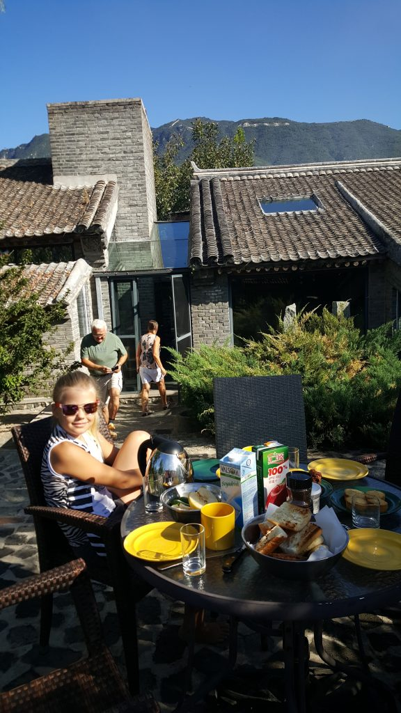 Udsigt til muren fra haven i det renoverede landsbyhus, vi boede i på Brickyard Mutianyu